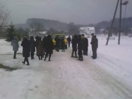 Во Львовской области протестующие блокировали движение лесовозов (фото)