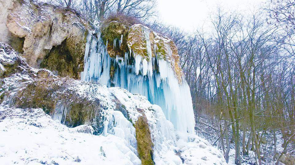 В Ивано-Франковской области уникальный травертиновый водопад превратился в лед (фото)