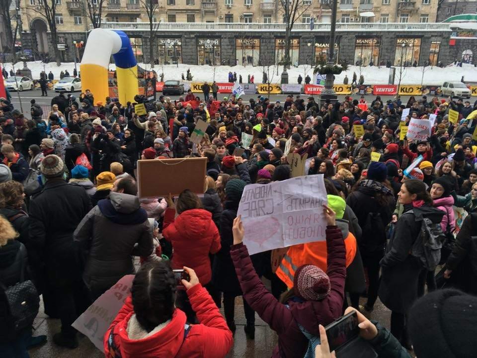 В Киеве на марше за равные права женщин полиция забрала у активистов плакат