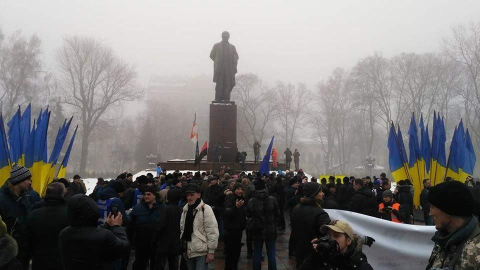 Порошенко не возложил цветы к памятнику Шевченко из-за митинга сторонников Саакашвили