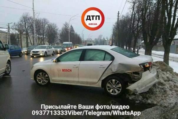 Под Киевом произошло ДТП, столкнулись две легковушки (фото)