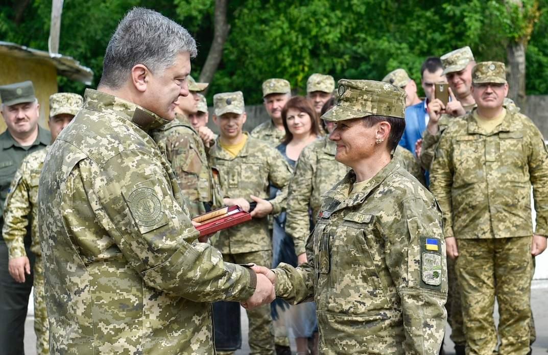 На Тернопольщине ветераны АТО вернули Порошенко награды