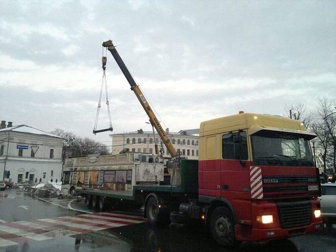 В центре Киева демонтировали известный кофебус (фото)