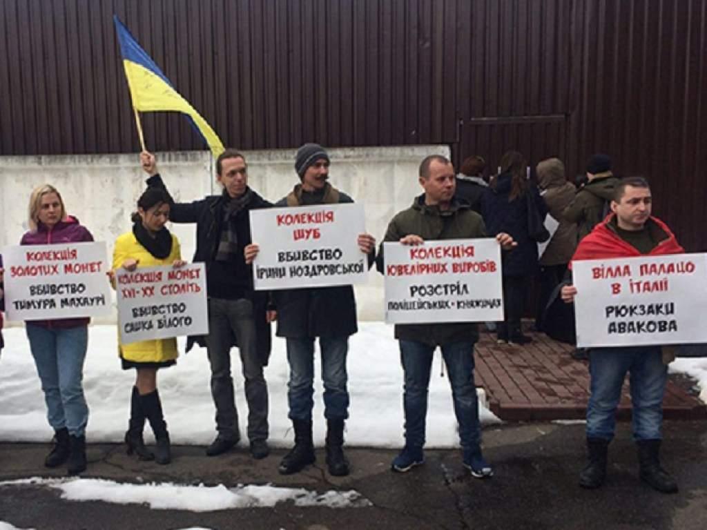 Территорию резиденции министра Авакова забросали рюкзаками (видео)