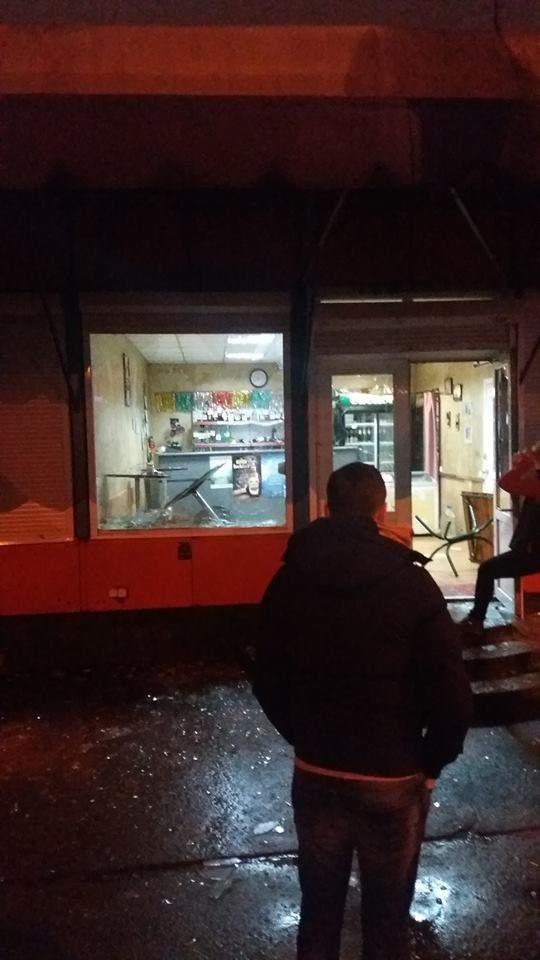 В Киеве на Дарнице неизвестные в масках разгромили магазин (фото)