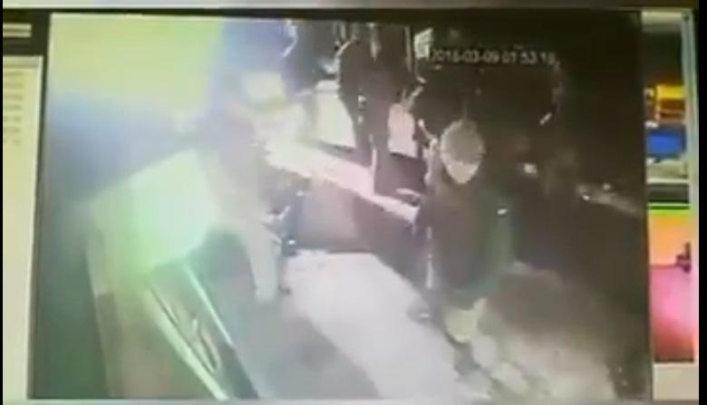 Заявления ВМС Украины оказалось ложью. В сети появилось видео, как военные толпой бьют гражданских в Херсонской области