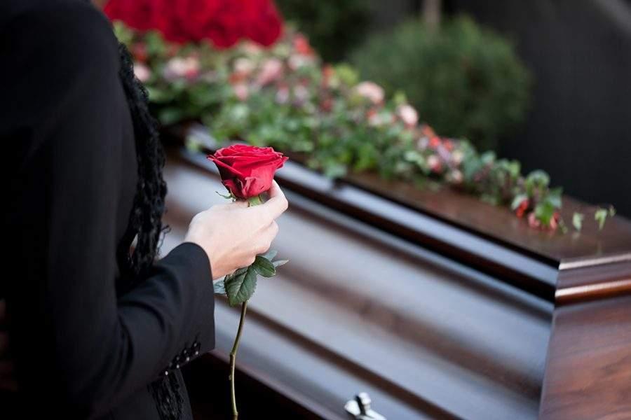 В Украине введена специальная экспертиза перед захоронением умершего