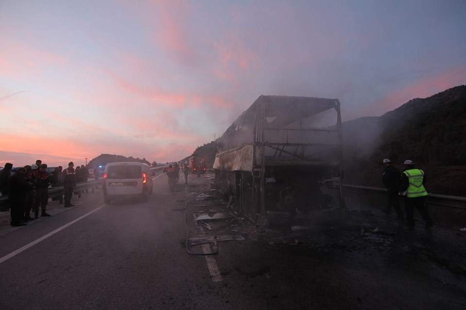 В Турции пассажирский автобус попал в ДТП и загорелся: есть жертвы (фото)