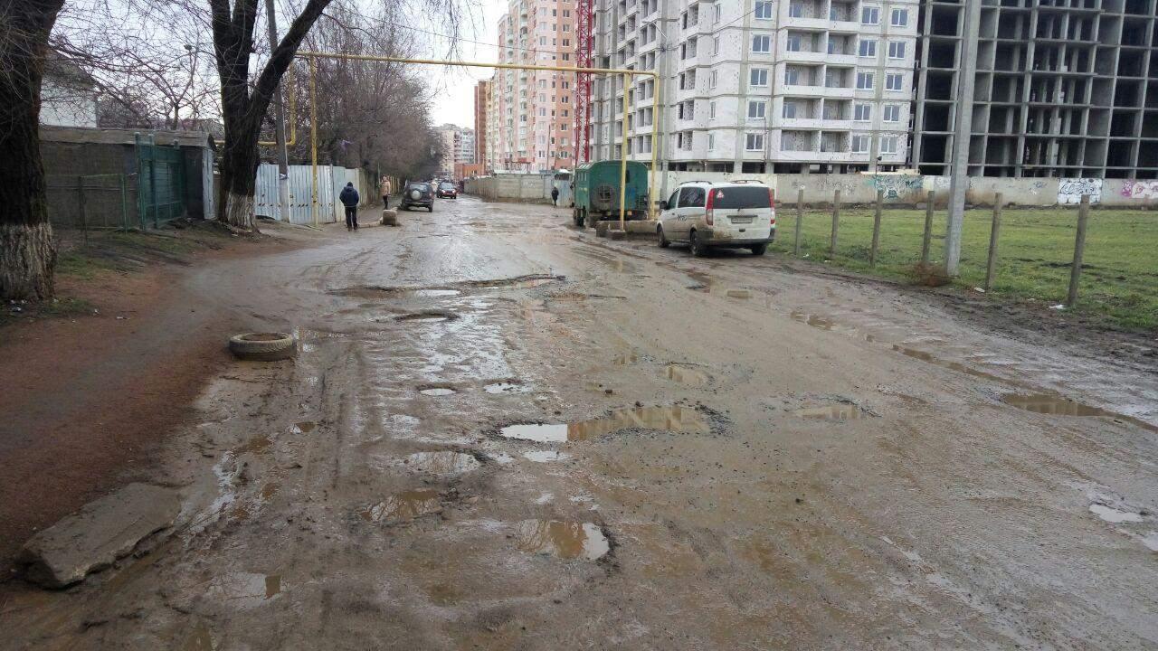 В Одессе  уже три года местные жители своими силами пытаются подлатать дорогу