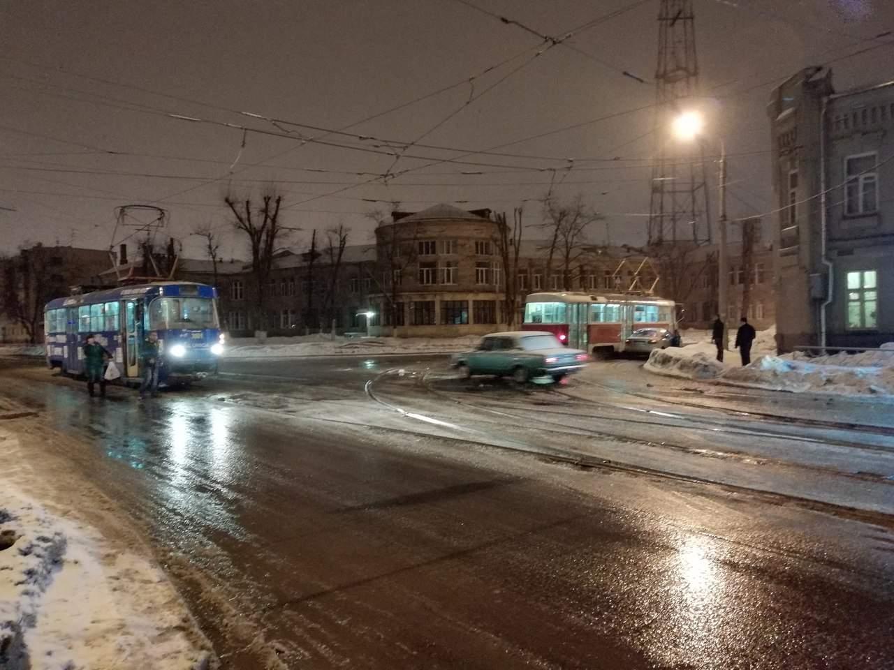 В Харькове произошло ДТП с участием легкового автомобиля и трамвая (фото)