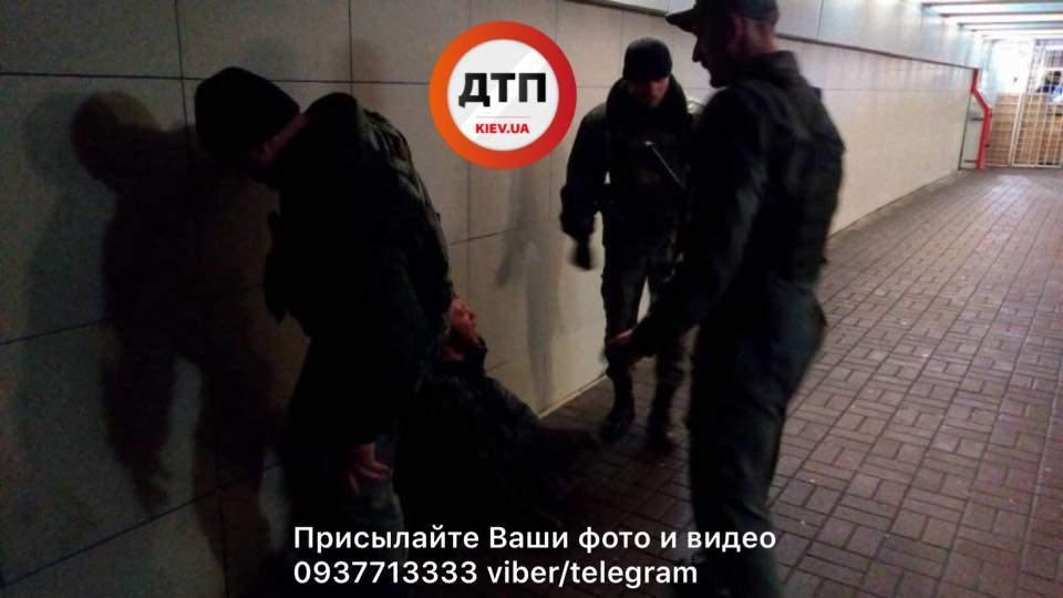 В Киеве возле станции метро мужчина напал с ножом на девушку с ребенком
