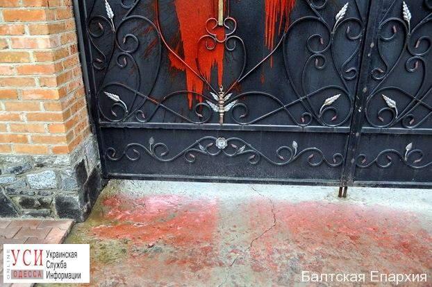В Одесской области вандалы облили красной краской ворота мужского монастыря (фото)