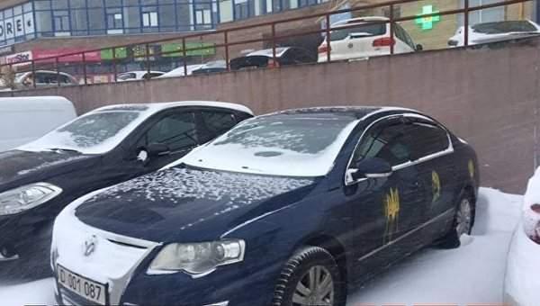 В Киеве неизвестные нарисовали украинскую символику на автомобилях российских дипломатов