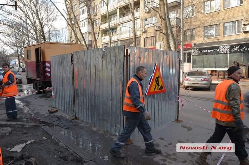 В Николаеве посреди проезжей части образовалась глубокая воронка в асфальте (видео)