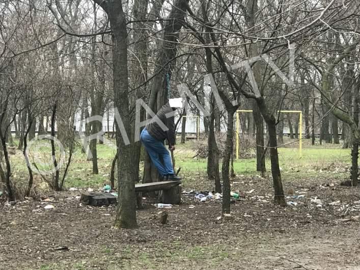 В Николаеве прямо на улице обнаружили повешенный труп (фото)