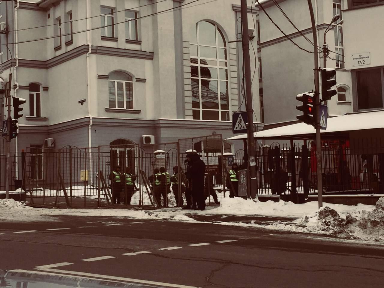 В Киеве националисты бросали в посольство РФ  яйца, снежки и бутылочки с зеленкой