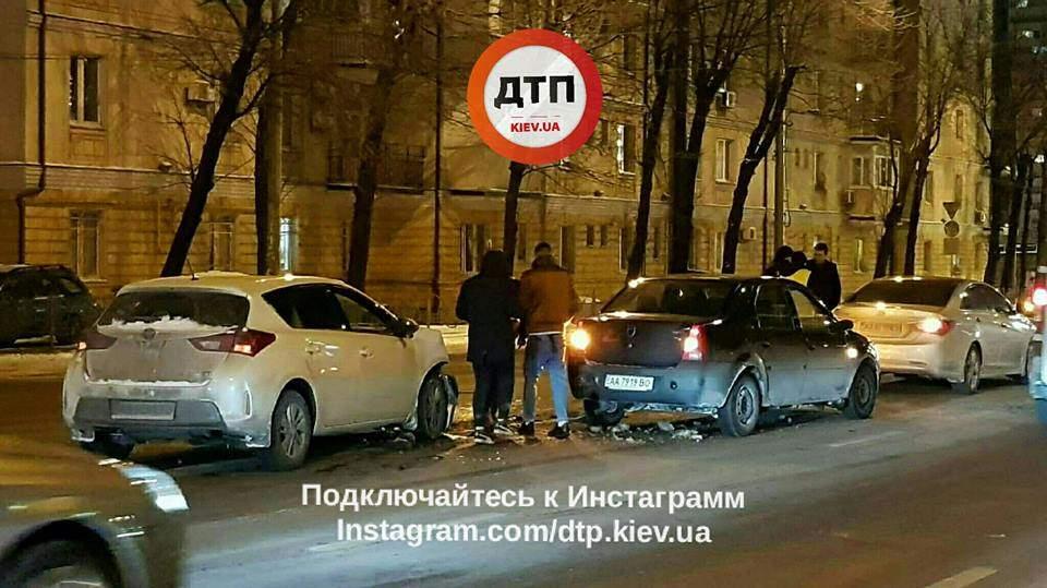 В Киеве  столкнулось сразу три автомобиля (фото)