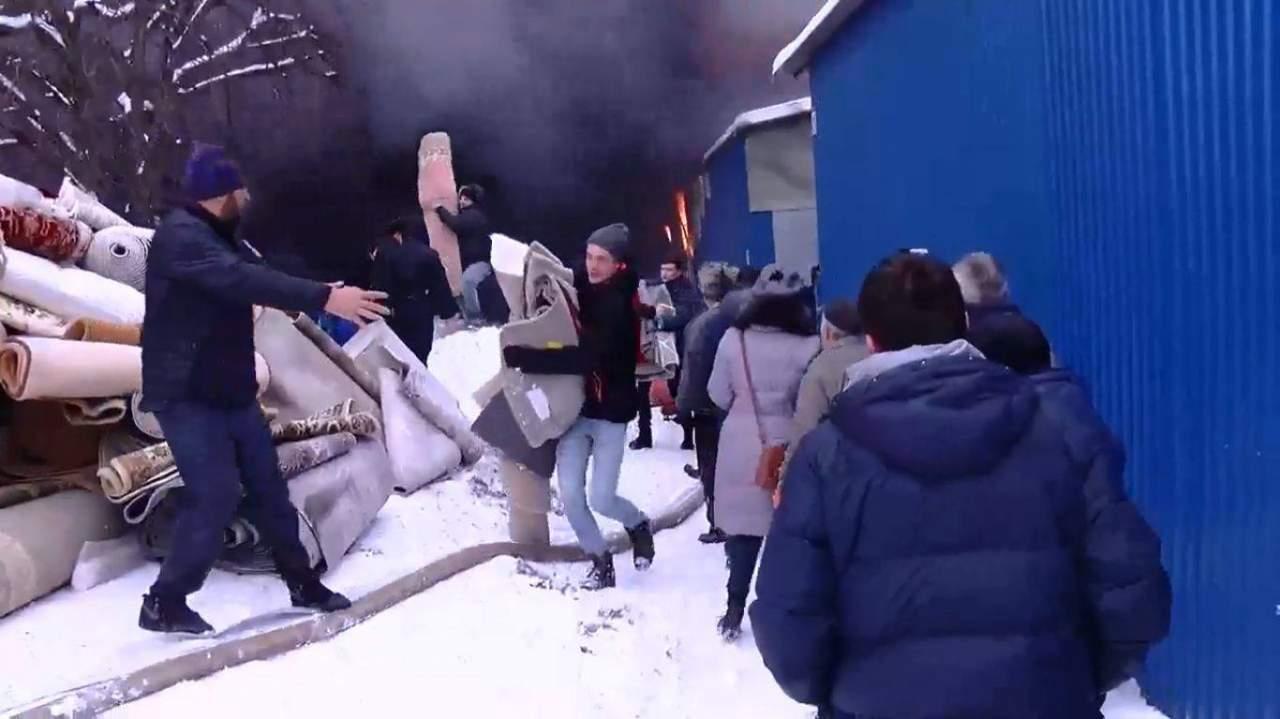 В Черновцах на крупнейшем рынке произошел серьезный пожар: уничтожен сектор с коврами (видео)