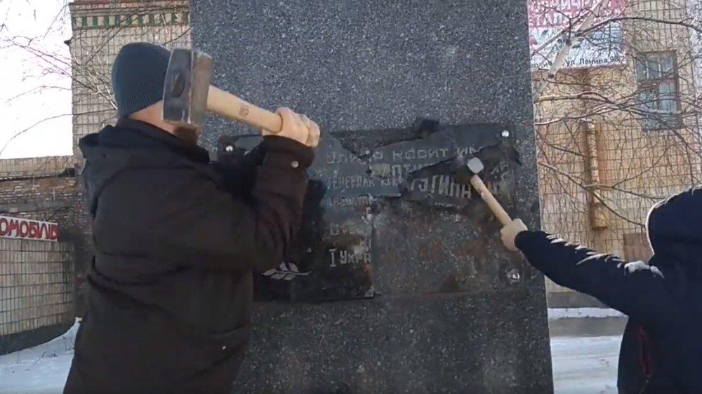 В Житомирской области вандалы с кувалдами напали на памятник Ватутину
