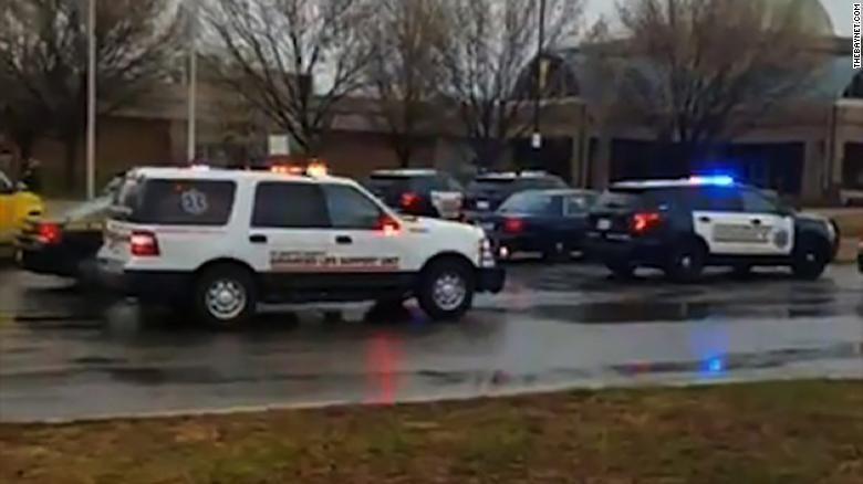 Стрельба в американской школе: 17-летний стрелок ранил двух школьников
