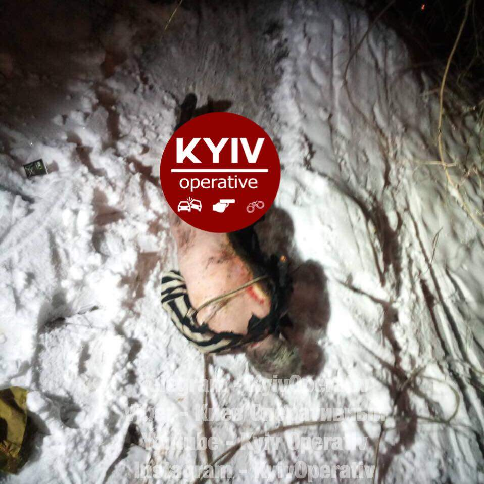 В Киеве  спасатели  достали бездыханное и обгоревшее тело мужчины с канализационного люка