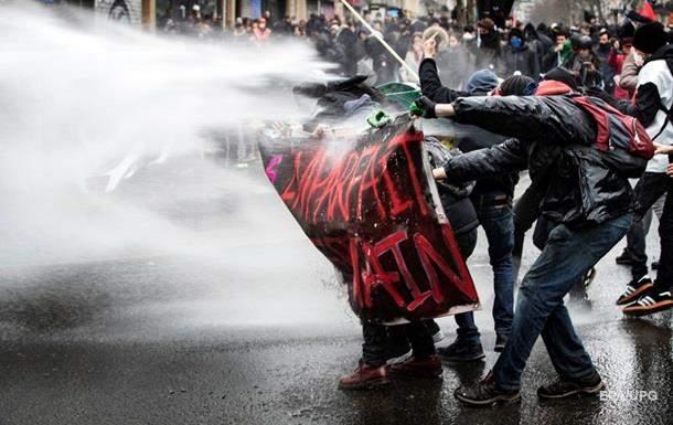 В Париже прошли митинги, полиция  применила слезоточивый газ