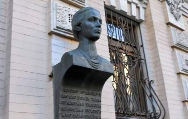 Двое киевлян разрезали мемориал Леси Украинки на металлолом