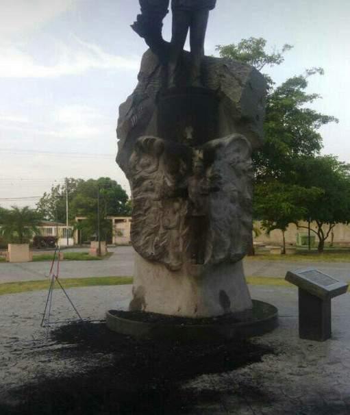 В Венесуэле вандалы осквернили статую Чавеса (фото)