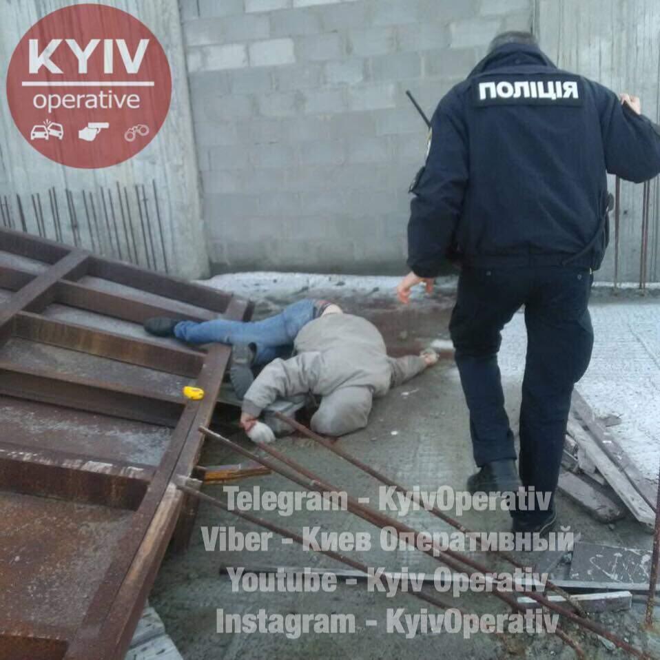 В Киеве с высоты упал и разбился мужчина (Фото)