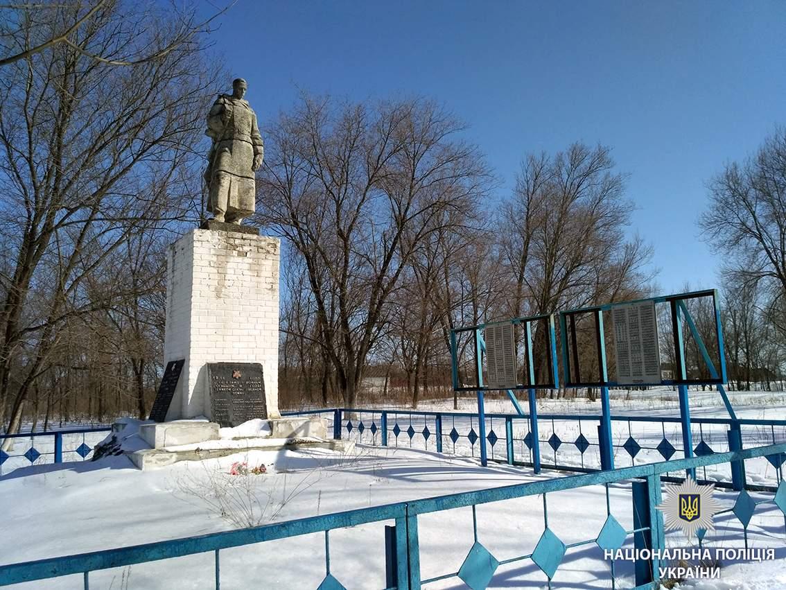 Под Харьковом вандалы осквернили братскую могилу солдатов Второй мировой войны (фото)