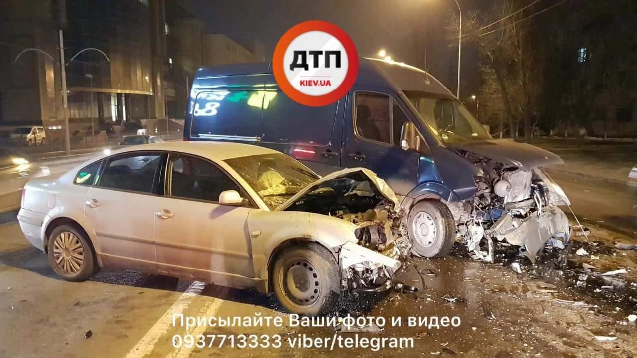 В Киеве водитель легковушки в состоянии наркотического опьянения протаранил микроавтобус (фото)