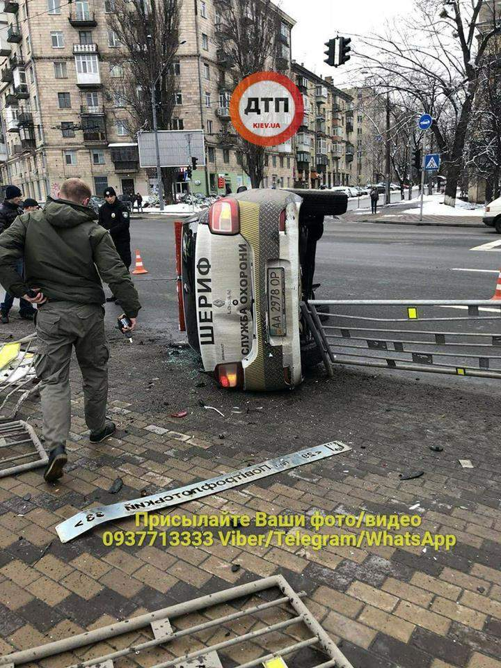 В Киеве двухэтажный автобус перевернул автомобиль