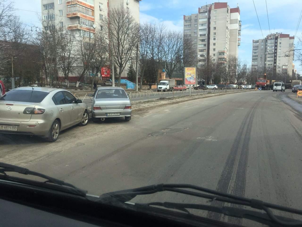 В Чернигове столкнулись два автомобиля и влетели в заграждение