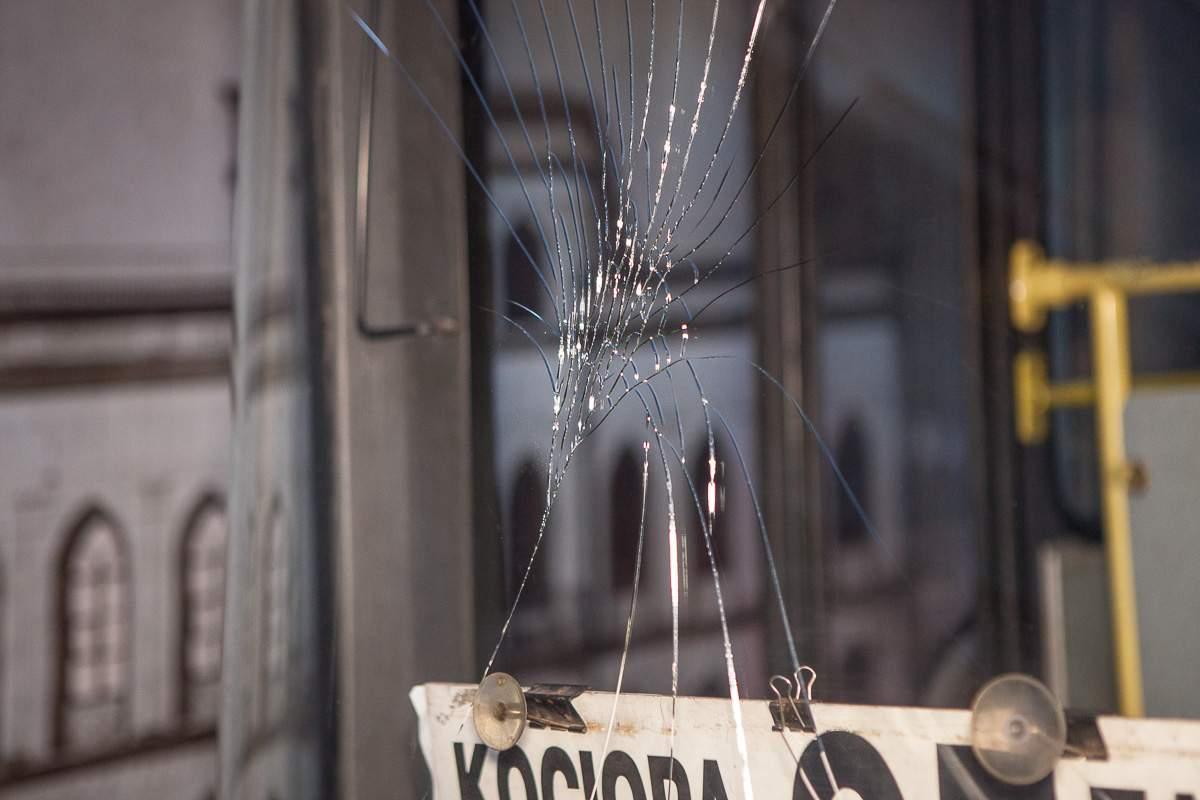 В Днепре пьяный дебошир разбил лобовое стекло в маршрутке (фото)