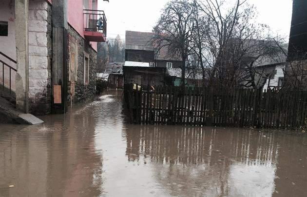 На Закарпатье из-за осадков подтапливает автомобильные дороги (видео)
