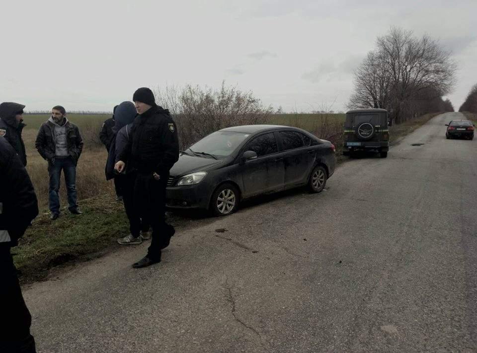 В Запорожской области двое пьяных с оружием устроили погоню за школьным автобусом с детьми
