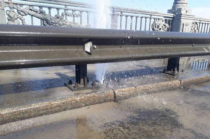 В центре Киева на мосту Патона образовался фонтан (фото)