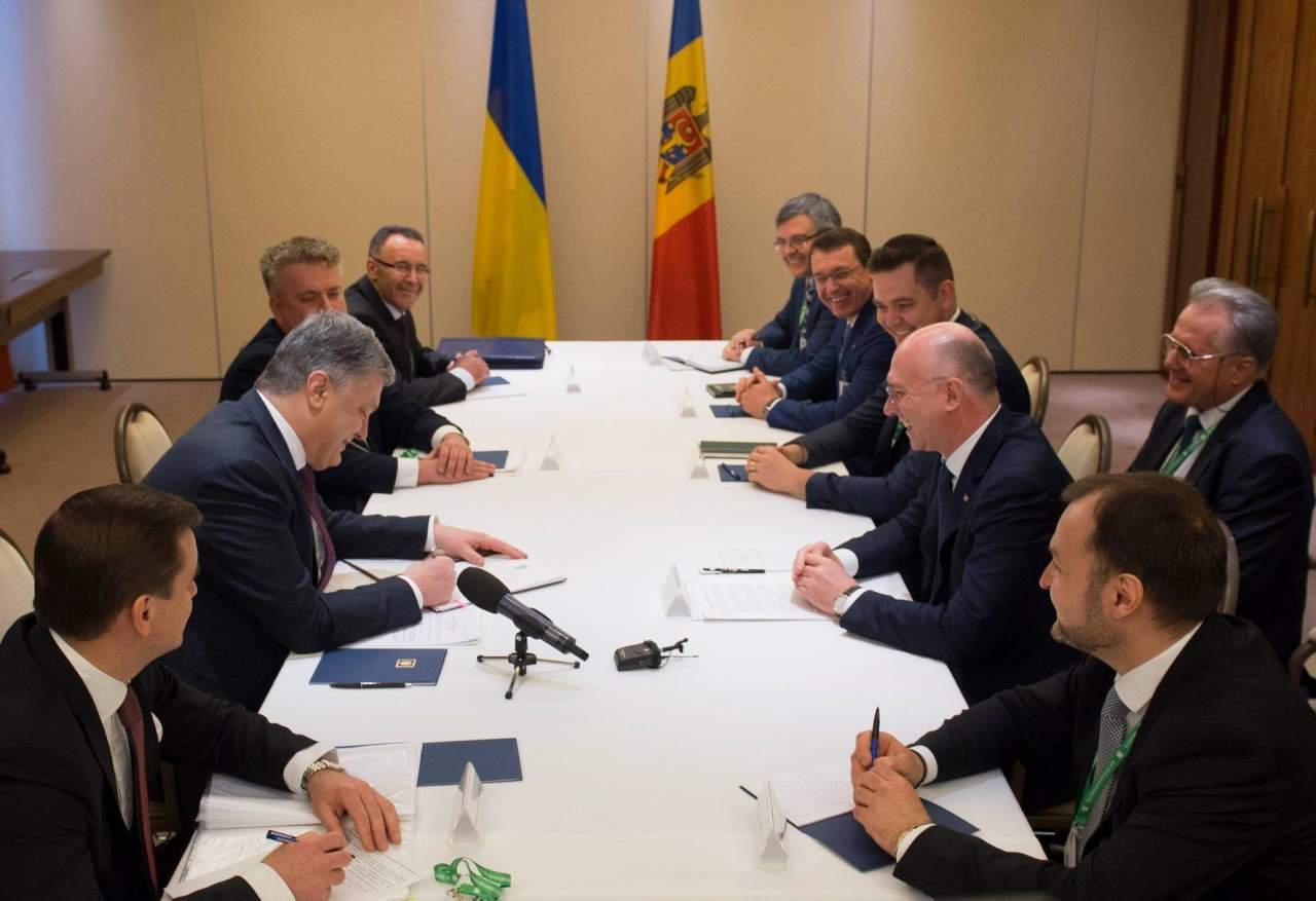 Порошенко подписал закон, который упростит пересечение границы для граждан Украины и Молдовы