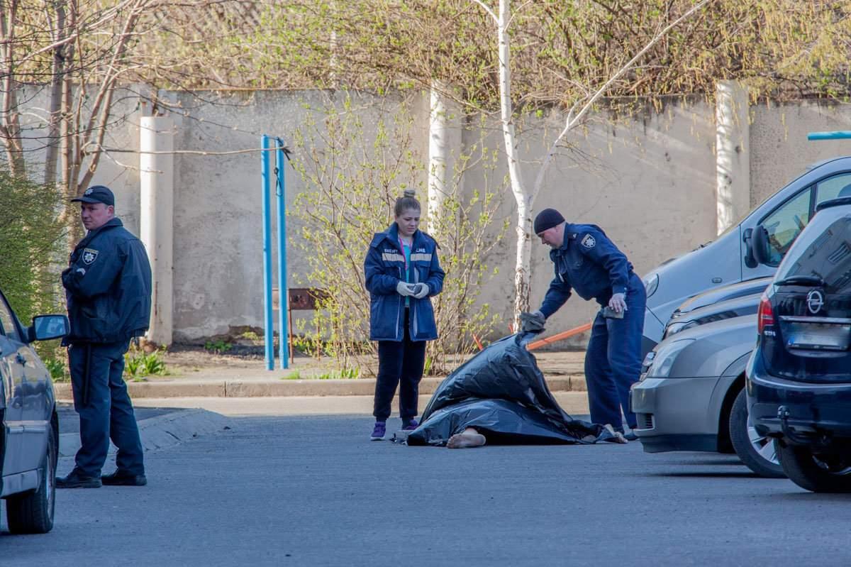 В Днепре полиция обнаружила тело во дворе многоэтажного дома