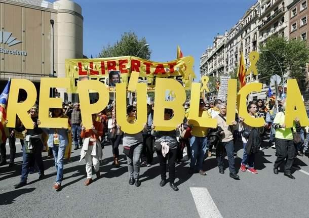В Барселоне сотни тысяч человек вышли на улицы в поддержку  арестованных лидеров движения за независимость Каталонии