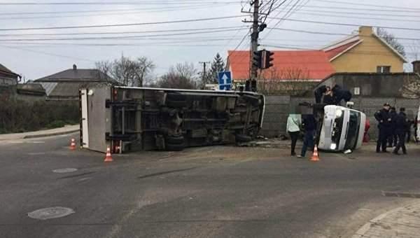 В Одессе столкнулись грузовик и маршрутка, 11 человек пострадали