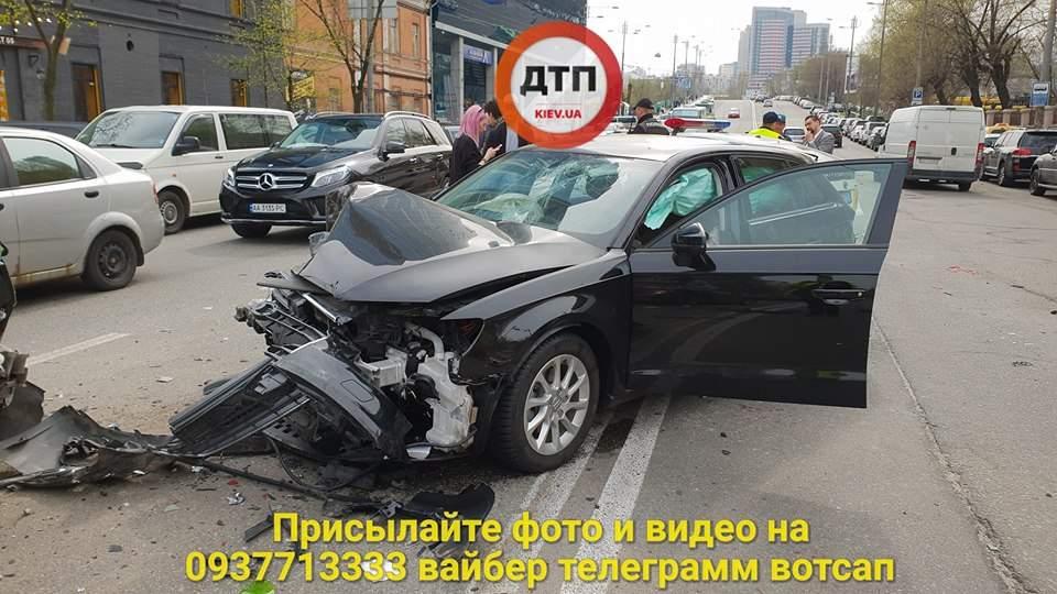 В Киеве произошло пьяное ДТП,  разбито 3 авто, есть пострадавшие (фото)