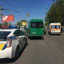 В Киеве из маршрутки через заднюю дверь выпала женщина (фото)