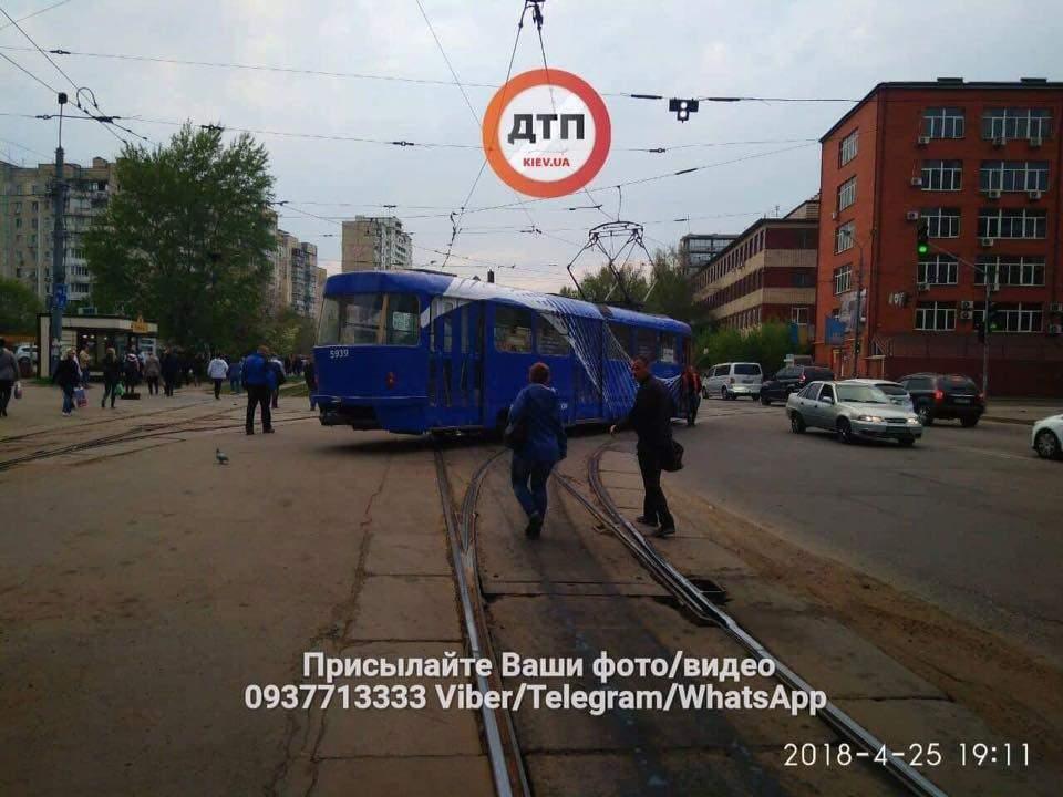В Киеве сошел с путей трамвай и развернулся почти поперек улицы (фото)