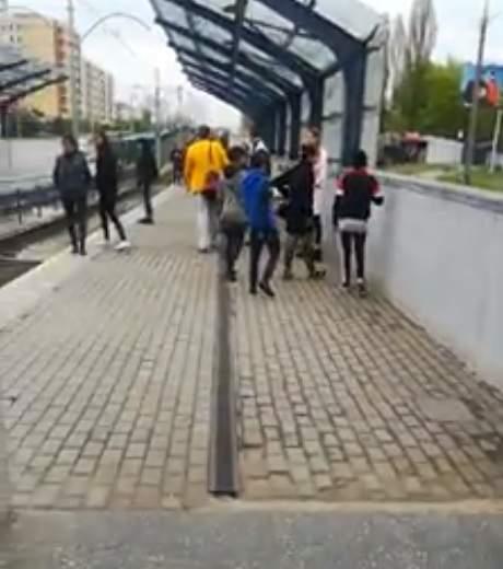 В Киеве ромы пытались средь бела дня ограбить девушку (видео)