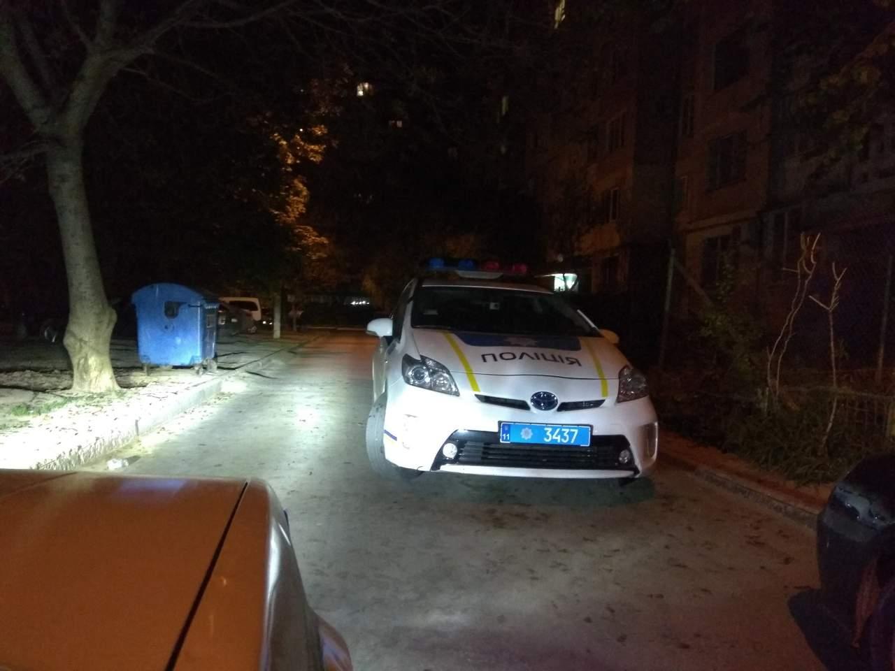 «Где припарковался, там и бросил»: В Одессе патрульный заблокировал проезд для других машин (фото)