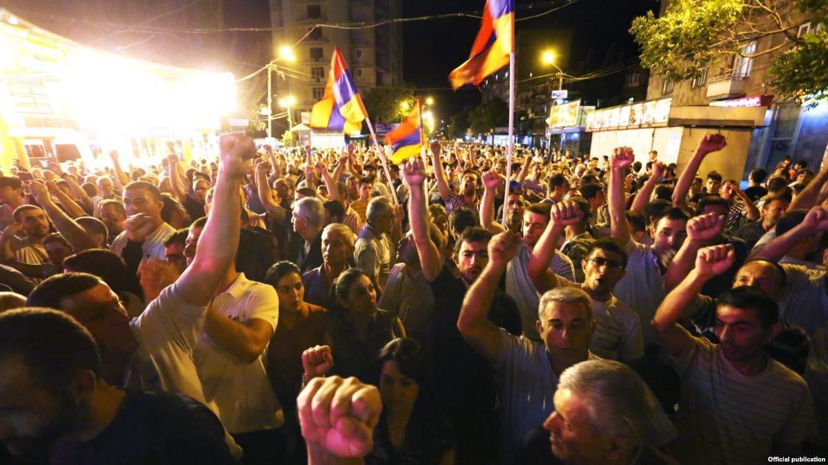 В Армении сторонники оппозиции ворвались  в здания мэрии двух городов