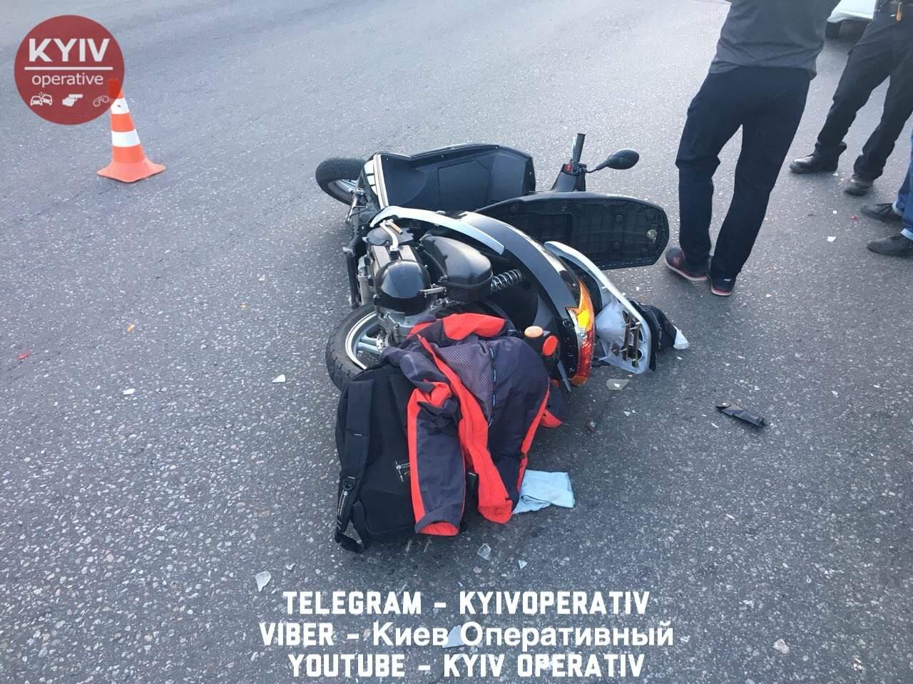 В Киеве водитель микроавтобуса сбил мотоциклиста (фото)