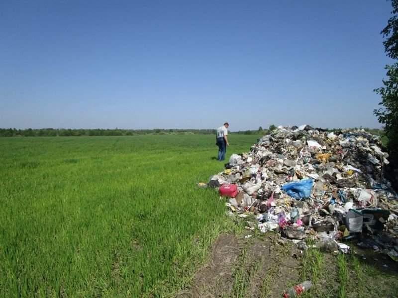 В Житомирской области обнаружена огромная куча мусора из Львова