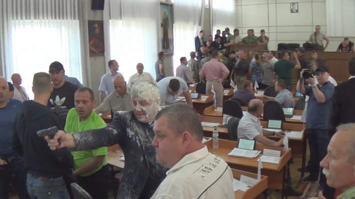 В Никополе радикалы устроили стрельбу на заседании горсовета (фото)